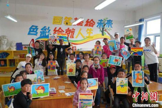 图为2020年暑假期间,西北师范大学志愿者在县(区)学校开展体育美育普及活动。(资料图) 王玉丰 摄
