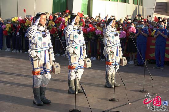 6月17日,神舟十二号载人飞行任务航天员乘组出征仪式现场,聂海胜、刘伯明、汤洪波3名航天员领命出征。中国网记者 杨佳摄影