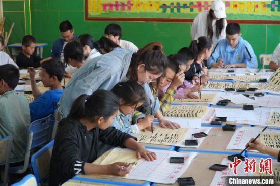 2020年暑假期间,西北师范大学志愿者在县(区)学校开展体育美育普及活动。(资料图) 王玉丰 摄
