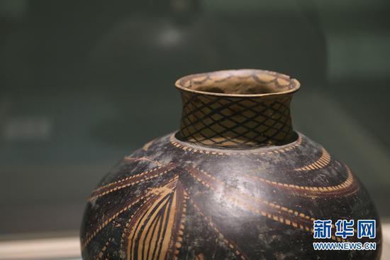 马家窑文化彩陶珍品展上的展品。新华社记者 马莎 摄