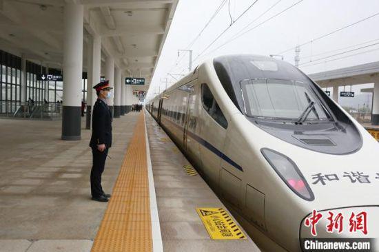 图为动车组列车停靠在甘肃庆城站。 闫军 摄