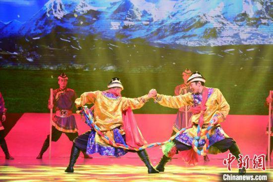 图为《裕固儿女心向党》音乐舞蹈史诗演出现场。 杨艳敏 摄