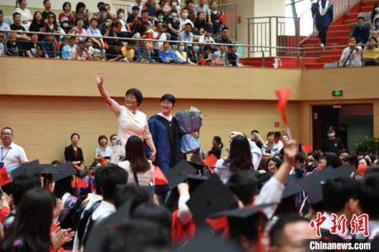 图为毕业典礼现场。 杨艳敏 摄