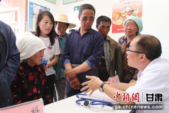 医疗专家组详细询问村民病史、了解病情、制定诊治方案,对村民的日常保健、常见病、多发病的预防进行指导。