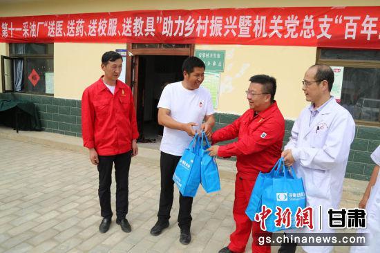 采油十一厂为安掌村、王西掌村送来常用药品,为看病难、买药难的村民解决实际需求。