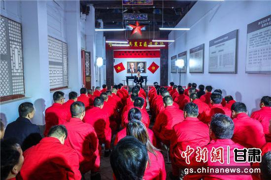 """长庆采油二厂党员干部参加""""党史大讲堂"""",接受红色文化洗礼,燃旺""""石油工人心向党""""的精神传承之火。"""