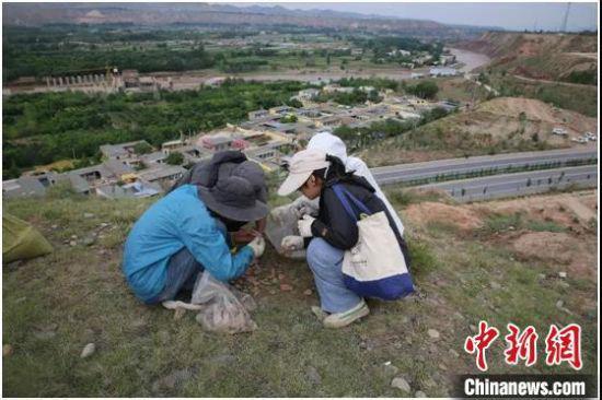 图为甘青两省联合考古调查队工作场景。 甘肃省文物考古研究所供图