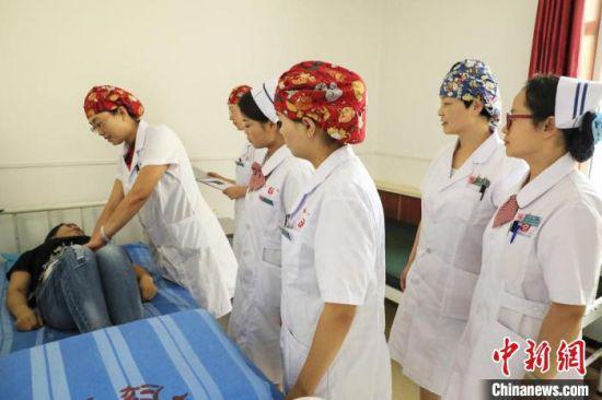 图为甘肃省兰州市皋兰县妇幼保健院副院长孙妍(左二)为患者诊疗。 受访者供图