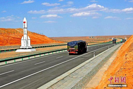 2017年,满载的货运卡车在京新高速酒泉段疾驰。 中新社发 蔡增乐 摄