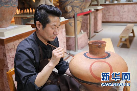 马黑麦正在制作彩陶。新华社记者马莎摄