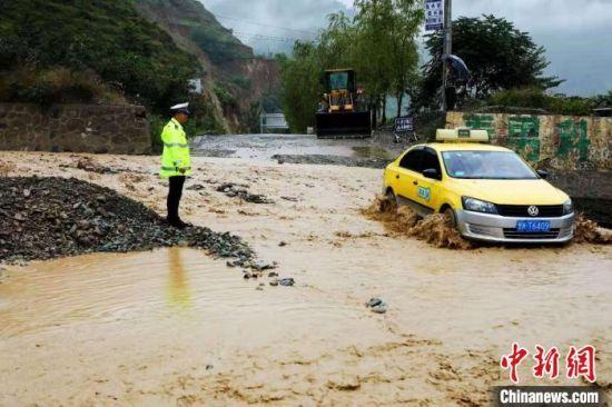 图为7月15日,陇南多地强降雨,导致部分路段出现塌方、泥石流。 陇南交警部门供图