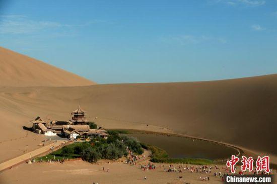 7月中旬,众多游客来到敦煌,欣赏大漠绿洲的迷人风光,感受历史文化名城独特魅力。 张晓亮 摄
