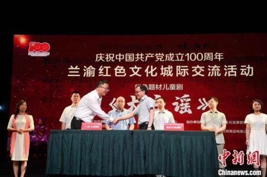 7月22日晚,兰渝红色文化城际交流活动暨红色题材儿童剧《大豆谣》在重庆启动上演。 杨艳敏 摄
