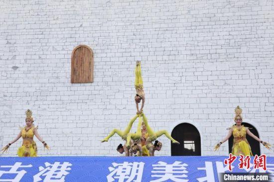 图为启动仪式上,敦煌艺术团表演杂技。 王伟臣 摄