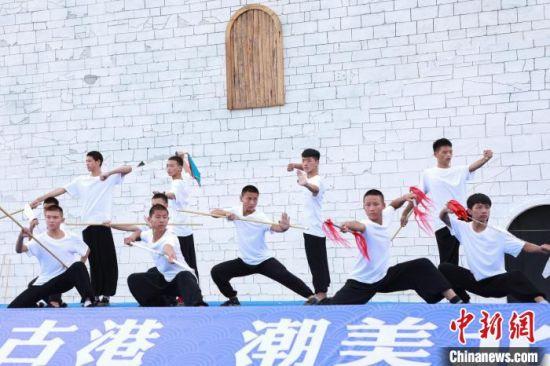 图为启动仪式上,敦煌艺术团表演武术。 王伟臣 摄