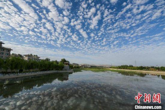 鱼鳞状云朵倒映在党河风情线的湖水里,水天相接。 王斌银 摄