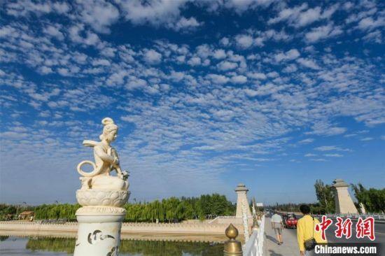 蓝天白云让整座城市更加静谧。 王斌银 摄