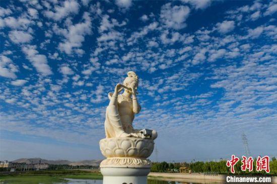 7月25日,敦煌党河风情线白马塔大桥边的伎乐天雕塑显得更加神秘安详。 王斌银 摄