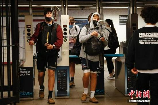 当地时间5月17日,在美国纽约市联合广场地铁站,乘客进入车站。中新社记者 廖攀 摄