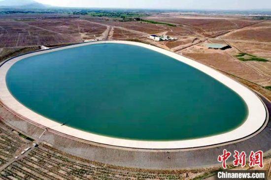 8月初,航拍镜头下的张掖市甘州区城区备用水源地。  陈娴 摄
