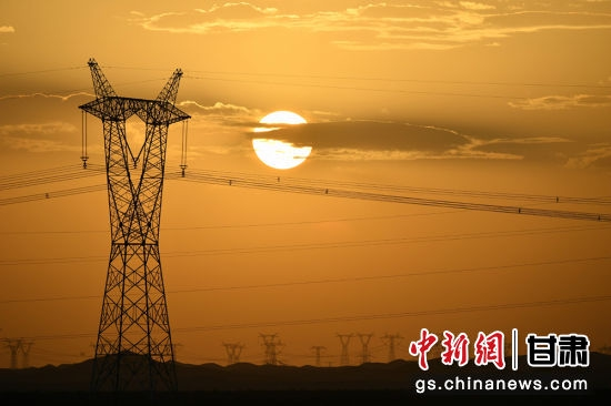 图为甘肃河西走廊纵横天际的特高压电网。(资料图)