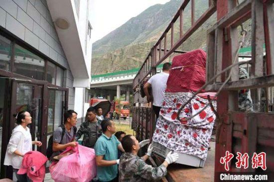 图为舟曲县地质灾害避险搬迁首批搬迁群众打包装车家具行李。 杨艳敏 摄