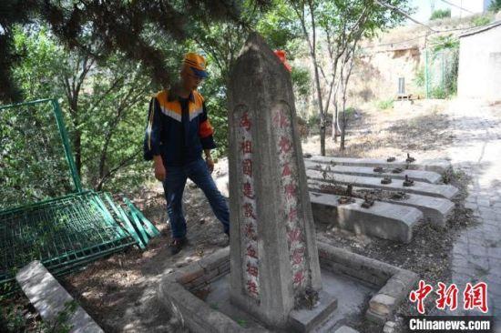 在防洪点,还有一个墓碑,墓碑的主人是修建陇海线牺牲的铁道兵,职守职工会定期为墓碑清除杂草。 杨艳敏 摄