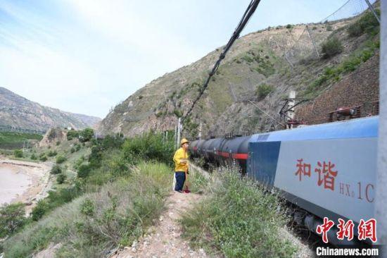陇海线车辆繁忙,火车呼啸而过,防洪点职守者需要的是高度的责任。 杨艳敏 摄