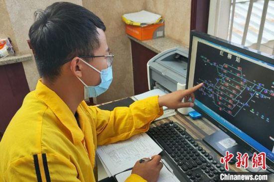 """赵珂是车间技术员,负责制定车间线路维修计划,细化工作任务清单,相当于整个作业过程的""""神经中枢""""。 俱娜 摄"""