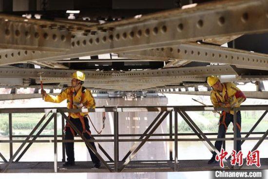 8月中旬,兰州铁路局兰州西工务段白银桥隧检查工区的职工正在定期检查靖远黄河大桥。  宋佳龙 摄