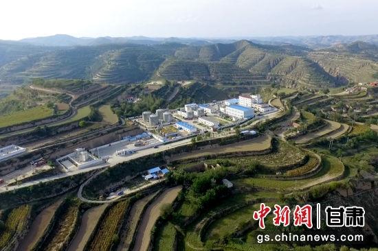 """如今的采油十一厂千里油区青山环绕,""""景中有井,井在景中""""的工业生态绿色风景线美不胜收。"""