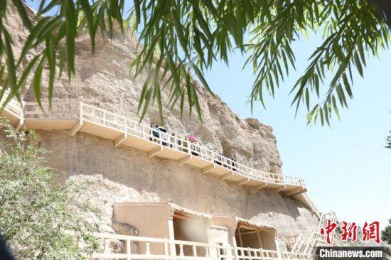 图为8月初,游客参观榆林窟。 魏建军 摄