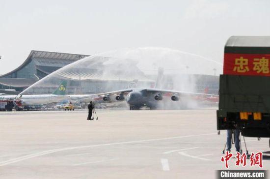 9月2日上午,第八批在韩中国人民志愿军烈士遗骸由我空军专机护送从韩国接回辽宁沈阳。 甘肃省退役军人事务厅供图