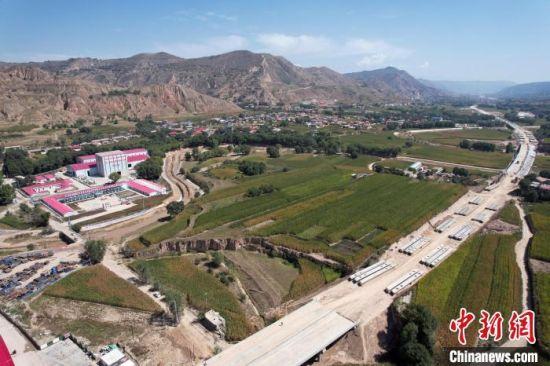 9月10日,甘肃省公路重点建设项目—临康广高速公路工程正式进入全面建设阶段。 徐克荣 摄