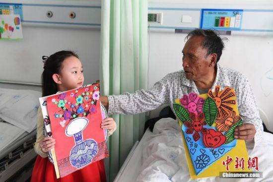 """赵晋艺的妈妈是该医院老年病科的医生,赵晋艺寒假时陪妈妈""""上班""""期间所画,一共33幅。每画完一幅,她就跑去送给病房里的老人。中新社记者 杨艳敏 摄"""