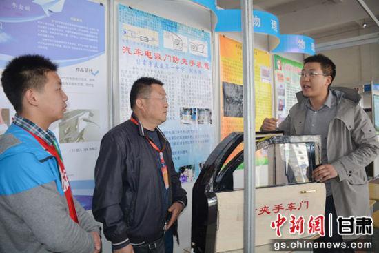 图为刘浩炜和参观的嘉宾交流设计原理。通讯员 郭红 摄