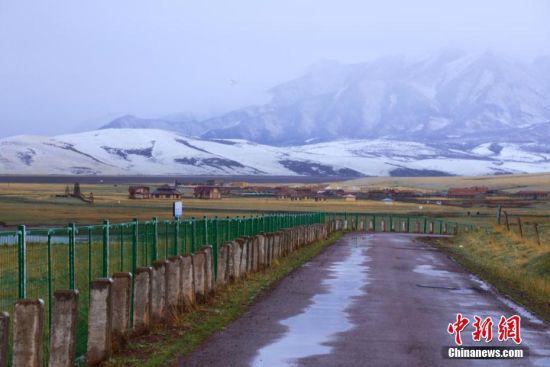 远方的祁连山脉被雪覆盖。 王超 摄