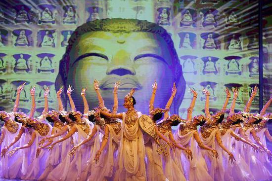 演员在敦煌飞天剧院表演舞剧《丝路花雨》(11月28日摄)。新华社记者 陈斌 摄