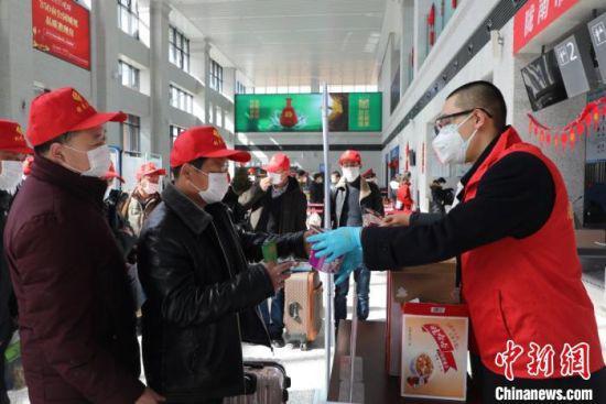 图为甘肃成县机场人员为劳务者提供食物。 祁丽 摄