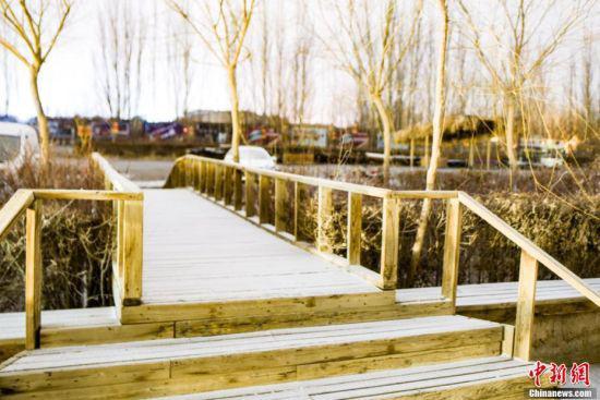 """""""贵如油""""的雪花使得当地建筑景观短时间内披上""""银装""""。 王斌银 摄"""