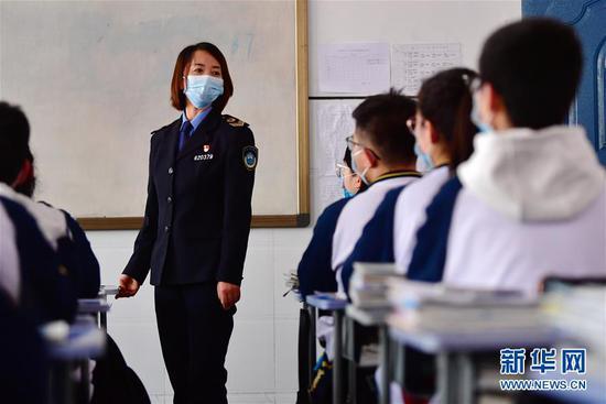 """4月15日,兰州市第二十八中学""""健康副校长""""曹琴为学生上健康教育课。新华社记者 陈斌 摄"""