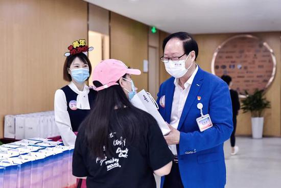 美年健康党委书记边国富为客户服务