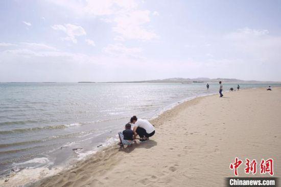 8月下旬,镜头下的甘肃武威市民勤县红崖山水库,碧绿的湖水静幽幽镶在沙海里,滋养着沙乡近30万民众。