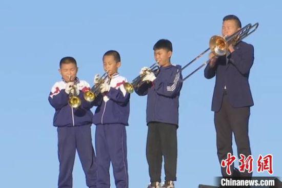 民勤县小学校长组建沙漠西洋管乐队冀孩子有一技之长