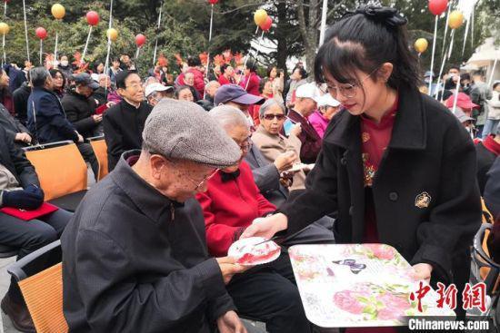 图为金婚老人分享蛋糕。 刘玉桃 摄