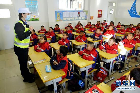 10月28日下午,小学生们认真聆听民警讲解交通安全知识。新华网发(郑耀德 摄)