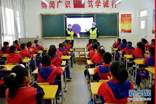 10月28日下午,民警为学生们讲解交通安全知识。新华网发(郑耀德 摄)