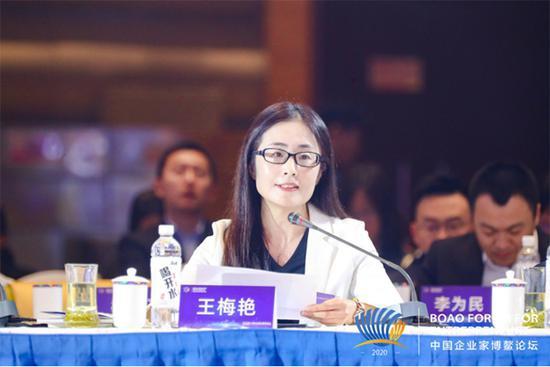 (图为海尔集团首席品牌官王梅艳在主论坛圆桌对话环节发言)