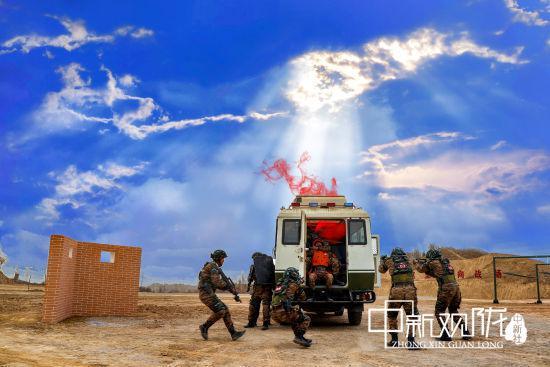 特战队员协同突击解救人质。