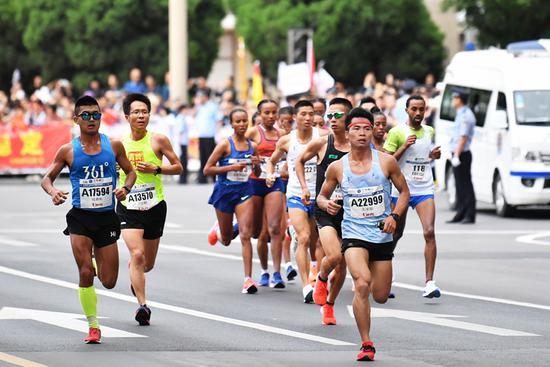 2019年6月2日,参赛选手在2019兰州国际马拉松比赛中。新华社记者 陈斌 摄